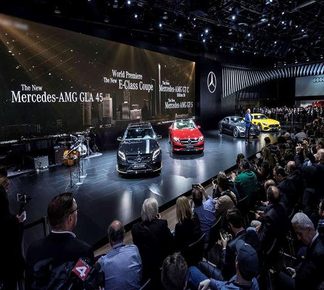 Dr. Dieter Zetsche, Vorstandsvorsitzender der Daimler AG und Leiter Mercedes-Benz Cars mit den Mercedes-Benz Highlights. ;Kraftstoffverbrauch kombiniert: 11,4 – 3,9 l/100 km; CO2-Emissionen kombiniert: 259 - 103 g/kmDr. Dieter Zetsche, Chairman of the Board of Management of Daimler AG and Head of Mercedes-Benz Cars, with the Mercedes-Benz Highlights.; Fuel consumption, combined: 11.4 – 3.9 l/100 km; Combined CO2 emissions: 259 - 103 g/km